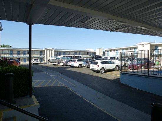 Travelodge Page: Zweigeschossige Motelanlage mit zentralem Parkplatzhof