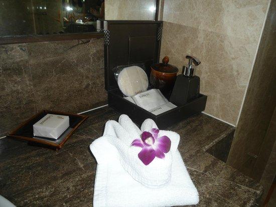 Anantara Riverside Bangkok Resort: baño