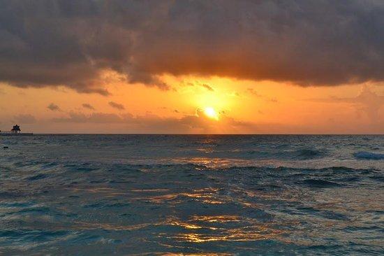 Iberostar Paraiso Beach : Amanecer dese la playa del Paraíso Beach (Riviera)