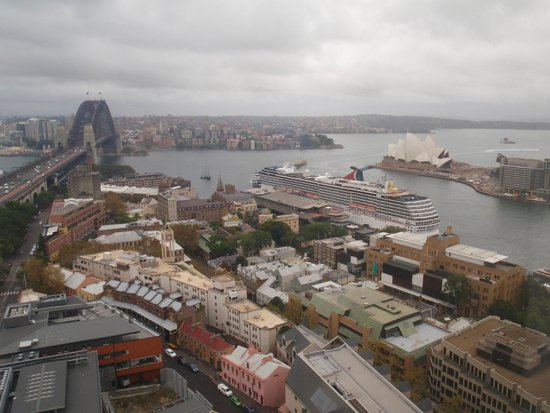 Shangri-La Hotel Sydney: View from our room in the morning - cruise ship had arrived