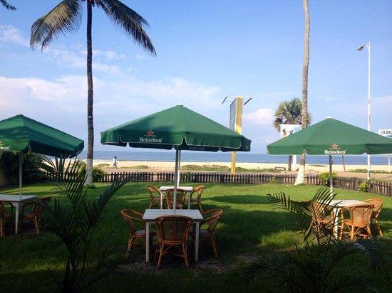 Sea Club Espadon: Terrasse extèrieure du restaurant avec vue sur la mer et la côte sauvage.