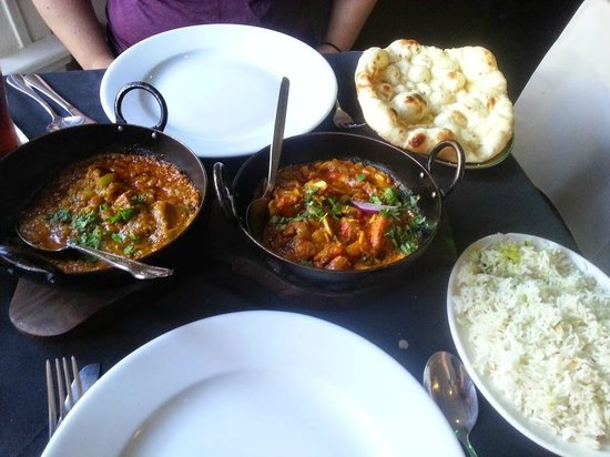 Lal Quila: Bhuna on left, Garlic Chilli on right, Garlic naan and plain pilau