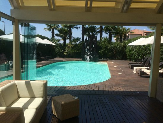 Color Hotel: pool lounge