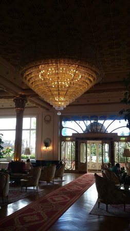 Regina Palace: Magnificent chandelier in the lobby