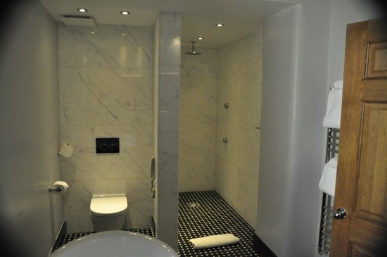 The Manor House Hotel and Golf Club: Shower with side jets and toilet area