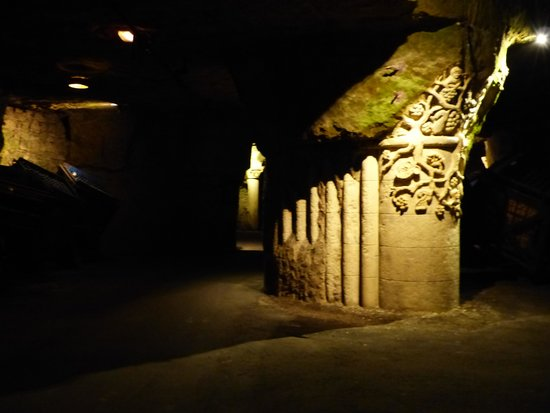 Caves Bouvet-Ladubay : sculptures de Philippe Cormand dans les galeries souteraines