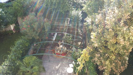 Malta Hotel: View from the room's balcony looking down on the garden