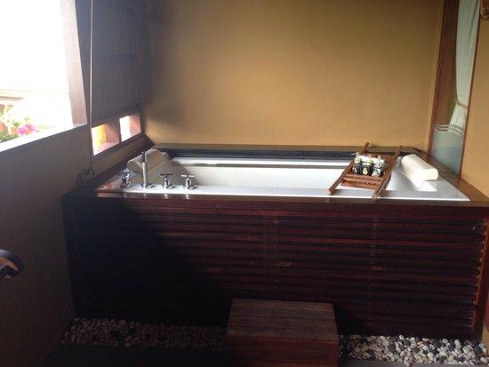 Deva Samui Resort & Spa: Spa jacuzzi on balcony on 2nd floor rooms.