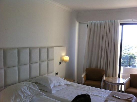 Grecian Park Hotel: Une chambre à coucher confortable malgré un lit plutôt dur