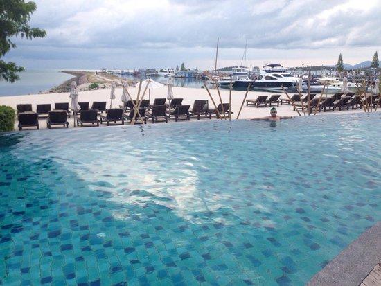 Deva Samui Resort & Spa: Infinity pool on beachfront.