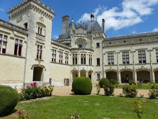 Chateau de Breze: vue cour intérieure
