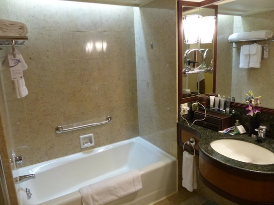 JW Marriott Hotel Hong Kong: Bathroom - spacious, well stocked, fairly large