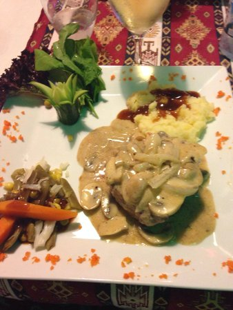 The Bees Knees Restaurant: Beef with mushroom sauce