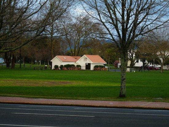 Novotel Rotorua Lakeside: View opp Hotel