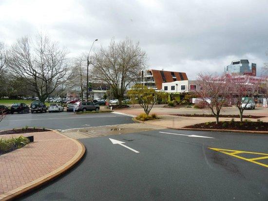 Novotel Rotorua Lakeside: Road outside Hotel