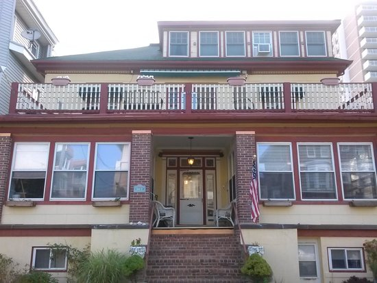 Carisbrooke Inn Bed and Breakfast: Front view.