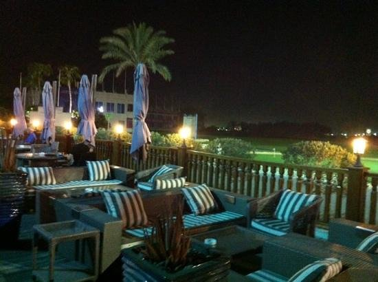 Doha Golf Club : course and outside seating