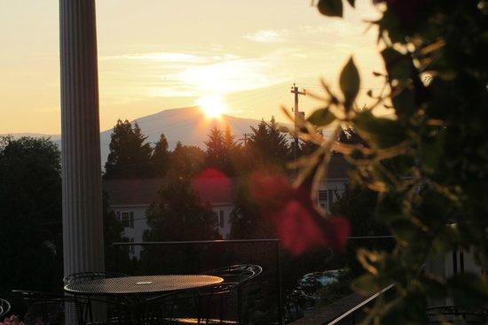The Mimslyn Inn: Sunrise on the porch