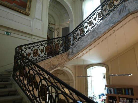 BELvue Museum: Entrance staircase