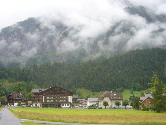 Hotel Bernerhof: It's the big Swiss house on the left