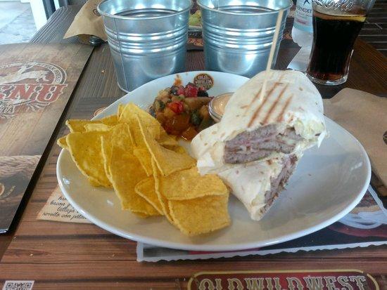 Old Wild West : tortilla con hamburger, bacon, nachos e caponata