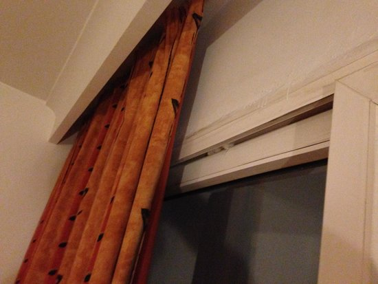 Chich Khan hotel : Loose patio door, out of frame wedged in with tissue!!!