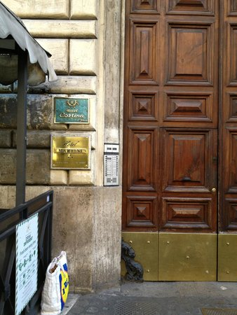 Hotel Cortina: view of front door with sign from the front Street