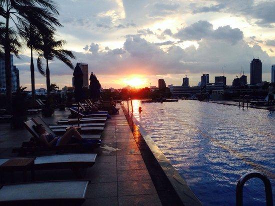 Chatrium Hotel Riverside Bangkok: Poolside at sunset