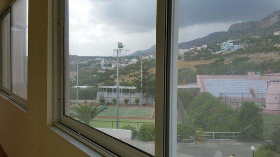 Sunshine Crete Village : Vitres salle dans le couloir inacceptable pour un 4 étoiles.