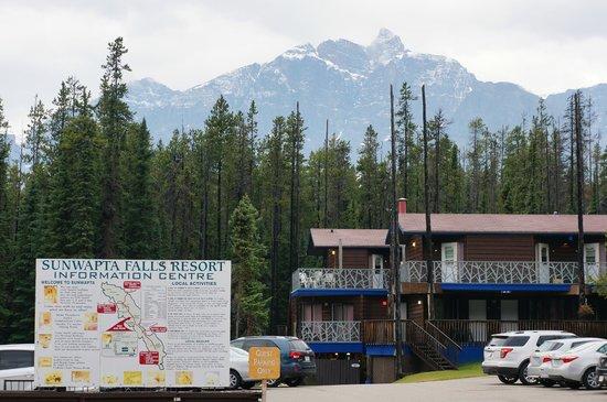 Sunwapta Falls Rocky Mountain Lodge : Hotel entrance