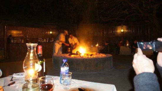 Pezulu Tree House Game Lodge: Nachtessen unter freiem Himmel