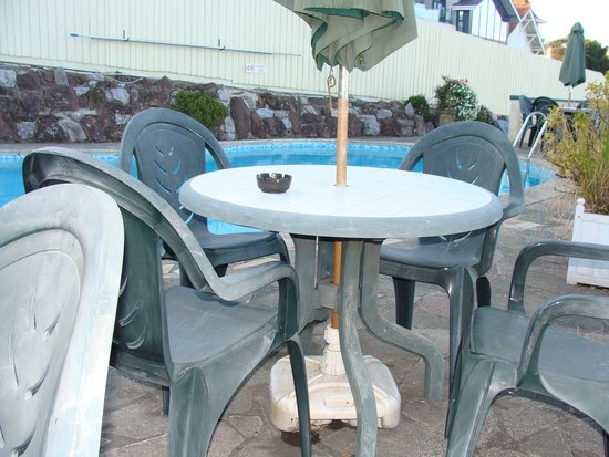 Corbyn Head Hotel: dirty pool side tables and chairs