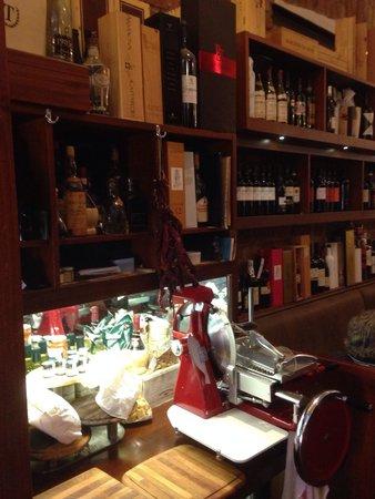 Mattoni Rossi: Interno con parte dei vini ...