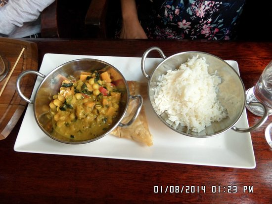 The Anchor Tap: Chickpea curry with samosa