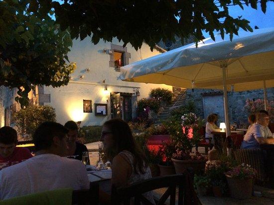 Can Roquet: Uteserveringen med restaurangen i bakgrunden
