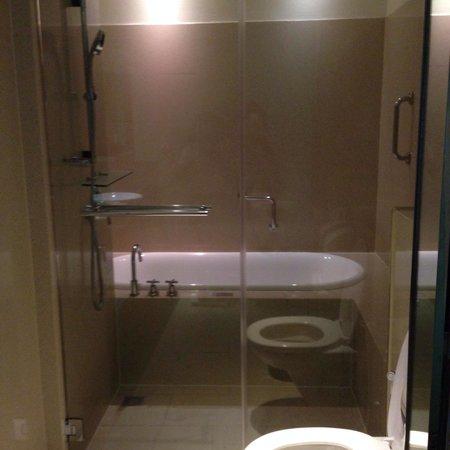Siri Sathorn Executive Serviced Residence: Clean and new bathtub. ,