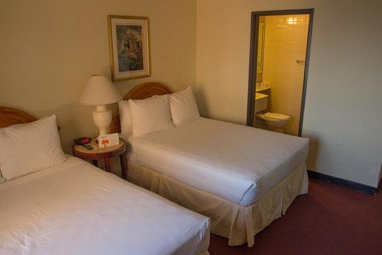 The Mayfair Hotel: дабл, за кроватью вход в ванную