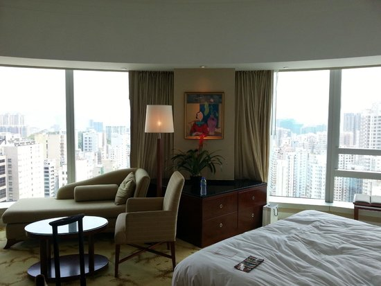 Cordis, Hong Kong : room with bign angular windows