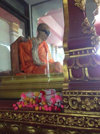 Wat Khunaram (Mummified Monk): Sunglasses ruin the idea