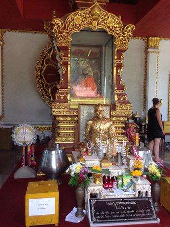 Wat Khunaram (Mummified Monk): Mummified monk shrine