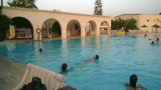 Seabel Alhambra Beach Golf & Spa: The children having an evening swim at the 'noisy' pool