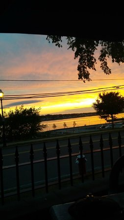 Governors Pub & Eatery : Sunset from our table