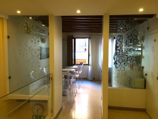 Hotel Adriatico: The lobby.