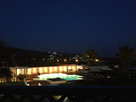 Maltezana Beach Hotel: Pool by night
