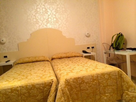 Hotel Adriatico: Twin beds.