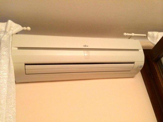 Hotel Adriatico: Air conditioner.