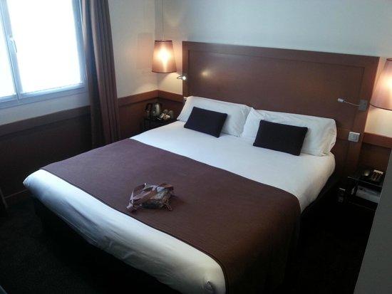 La Maison des Armateurs : the king size bed in room 101