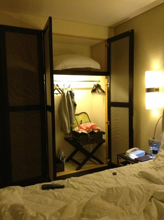 Kempinski Hotel Mall of the Emirates: Closet grande com cofre de senha