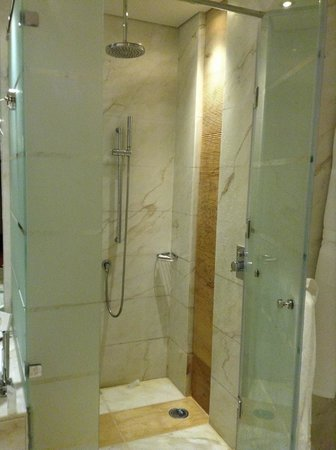 Kempinski Hotel Mall of the Emirates: Chuveiro com banheira ao lado