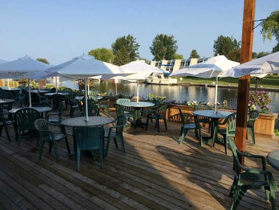 Knights Inn Harbour Resort Lagoon City Brechin : -outside restaurant area
